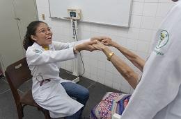 Alunos de Fisioterapia da UFC em atuação no Centro de Atendimento ao Idoso (Foto: Viktor Braga)